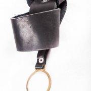 Опис товару  Чохол призначений для розміщення ліхтаря або кийка.  Виготовлений з чорної натуральної шкіри і металевої фурнітури. 4b507f7280aa7